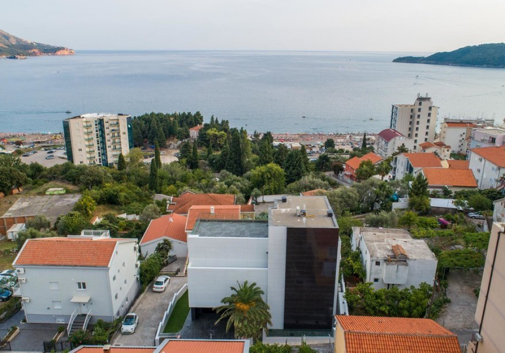 Продаётся 3-комнатная  831.0 кв.м.  за 3 100 000 EUR