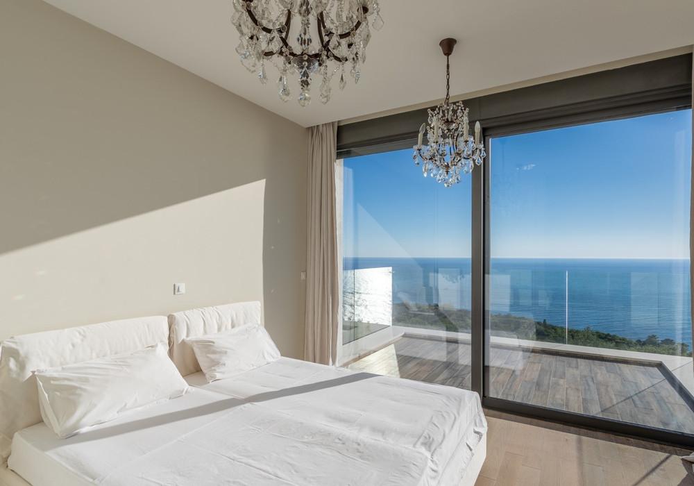 Продаётся 4-комнатная  550.0 кв.м.  за 3 500 000 EUR