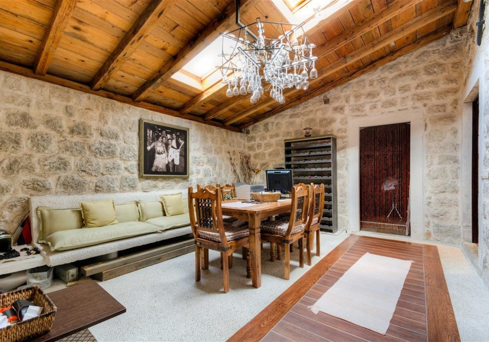 Продаётся 3-комнатная  240.0 кв.м.  за 890 000 EUR