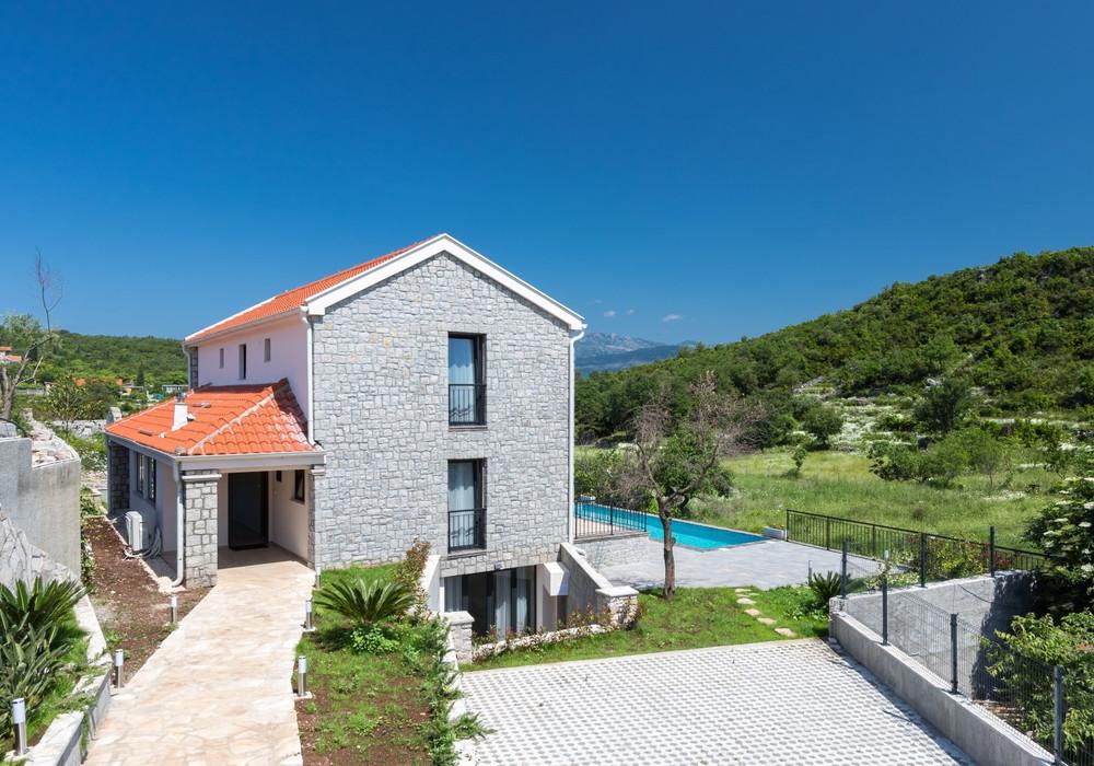 Продаётся 4-комнатная  345.0 кв.м.  за 550 000 EUR