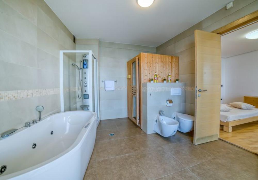 Сдаётся 3-комнатная квартира 180.0 кв.м.  за 2 200 EUR